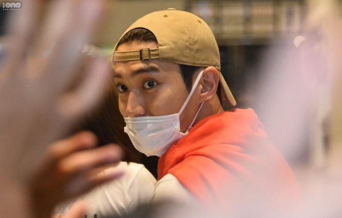 <p> Dù bịt khẩu trang, Choi Si Won vẫn thu hút sự chú ý lớn.</p>
