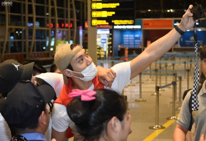 <p> Hàng chục người hâm mộ kiên nhẫn chờ đợi để tiễn nam ca sĩ về nước. Trước lúc vào phòng chờ, Choi Si Won đã tiến lại gần một người hâm mộ, sử dụng điện thoại của bạn trẻ này để chụp kiểu ảnh selfie kỷ niệm.</p>