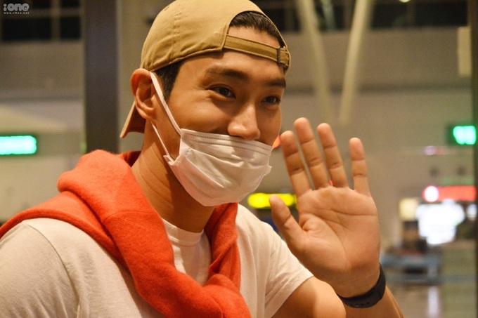 <p> Dù thế, Choi Si Won vui vẻ vẫy tay chào khi có nhiều người hâm mộ nhận ra. Anh cảm ơn mọi người vì không ngại đêm khuya ra tận sân bay.</p>