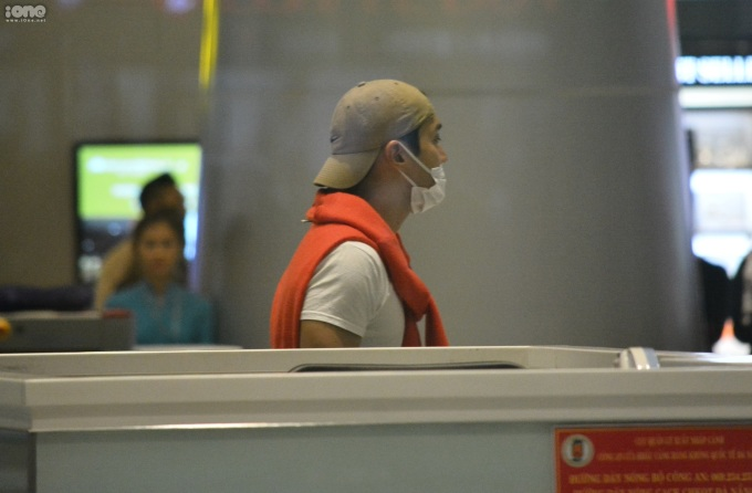 <p> Fan dõi theo bóng anh đi hẳn vào trong rồi mới rời sân bay.</p>