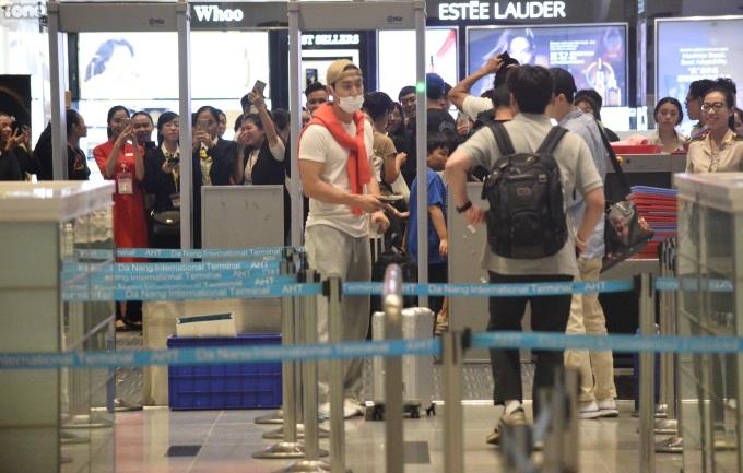 <p> Nhiều người dõi theo Choi Si Won bước vào phòng chờ.</p>