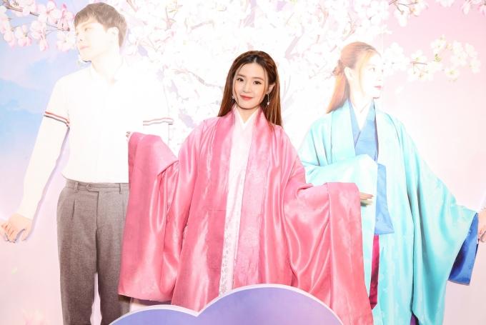 <p> Midu hí hửng mặc đồ cổ trang để tham dự sự kiện ra mắt dự án điện ảnh do mình thủ vai chính. Cô được tin sẽ cùng Trịnh Thăng Bình diện đồ như trong phim để xuất hiện trên thảm đỏ nên đã sắm sửa bộ đồ nổi bật.</p>