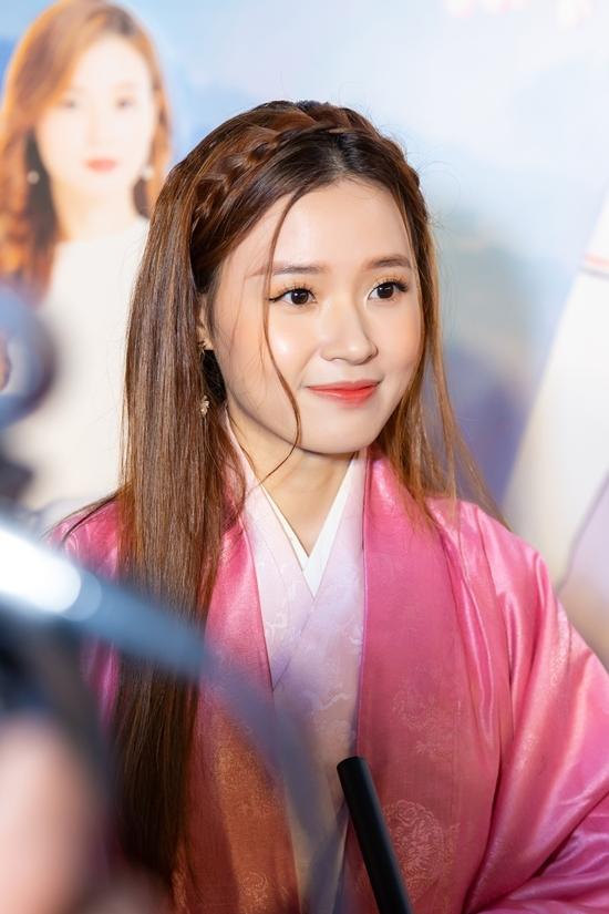 <p> Midu trang điểm, làm tóc đơn giản, toát lên hình tượng nhẹ nhàng như nhân vật Quỳnh Mai.</p>