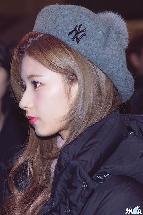 Mũi của Sana đẹp đến mức được netizen khen rằng phẫu thuật cũng không thể đẹp và tự nhiên như thế.