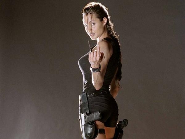 Đến giai đoạn đóngLara Croft: Tomb Raider (2001), Angelina Jolie được tôn vinh với phong cách gợi cảm nhưng đầy mạnh mẽ. Bộ phim này cũng đưa cô vào danh sách những đả nữ hàng đầu của Hollywood, là sự lựa chọn của các đạo diễn cho những phim hành động.