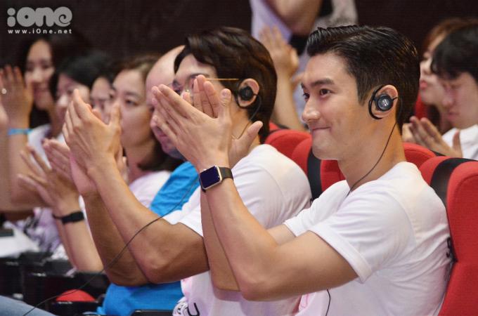 <p> Anh xuất hiện giản dị với chiếc áo thun trắng. Lắng nghe những bài phát biểu mở đầu,Choi Si Won liên tục dành những tràng pháo tay.</p>