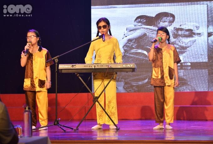 <p> Các em nhỏ khiếm thị biểu diễn nhạc cụ truyền thống của dân tộc Việt Nam, hát những ca khúc quê hương, trữ tình gây xúc động.</p>