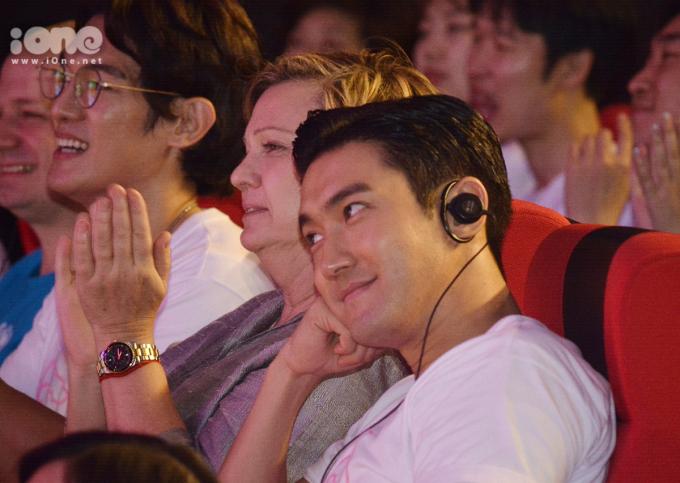 <p> Choi Si Won dùng ánh mắt dịu dàng dõi theo các em bé ca hát trên sân khấu.</p>