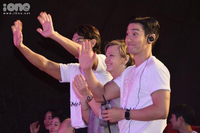 <p> Anh cùng các thành viên đoàn UNICEF thường xuyên đứng dậy, vỗ tay tán thưởng các em nhỏ khi kết thúc tiết mục biểu diễn.</p>