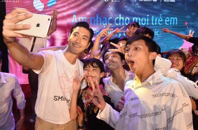 <p> Nam ca sĩ còn thân thiện, nhắng nhít chụp ảnh selfie cùng các bạn nhỏ.</p>