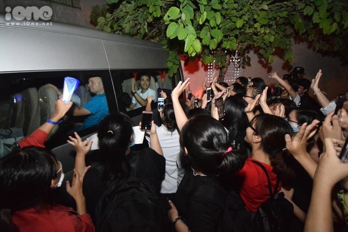 <p> Cả trăm fan bám theo để xin chụp ảnh với thần tượng. Từ 13h trưa, họ đã chờ đợi tại Cung thiếu nhi Đà Nẵng để được nhìn thấy nam ca sĩ ngoài đời thực. Dù phải đợi suốt nhiều tiếng đồng hồ, số này quyết không rời đi. Xe của đoàn UNICEF đã dừng ít phút để các fan có thể nhìn ngắm thần tượng trước khi rời đi.</p>