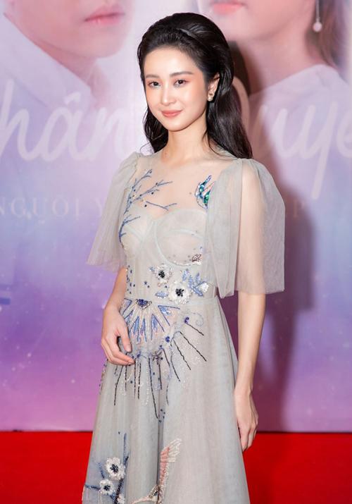 Tham dự sự kiện gần đây, Jun Vũ trung thành với phong cách nữ tính, mong manh. Nữ diễn viên diện chiếc váy xuyên thấu màu xanh, đi kèm lối trang điểm nhẹ nhàng.