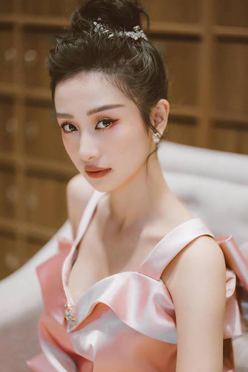 Đây là lần hiếm hoi Jun Vũ mắc lỗi trang điểm vì trước đây, cô nàng thường được mệnh danh thần tiên tỷ tỷ nhờ cách trang điểm trong veo.