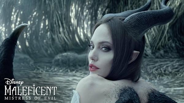 Bước sang tuổi 44, Angelina Jolie thường xuyên xuất hiện với ngoại hình gầy gò, ảnh hưởng của cuộc phẫu thuật cắt bỏ ngực và tử cung để chống ung thư. Tuy nhiên, trong Maleficent: Mistress of Evil, khán giả sẽ gặp lại khoảnh khắc thời trẻ của Tiên Hắc Ám với Angelina Jolie tràn đầy sức sống.