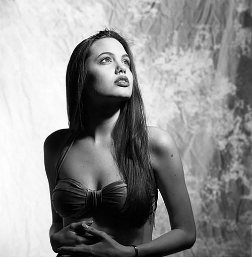 Angelina Jolie bắt đầu tạo dựng sự nghiệp diễn xuất năm 16 tuổi. Bộ ảnh năm 16 tuổi của cô mới đây cũng đã được truyền tay lại. Nữ diễn viên khoe vẻ đẹp ma mị, quyến rũ trong trang phục bikini.