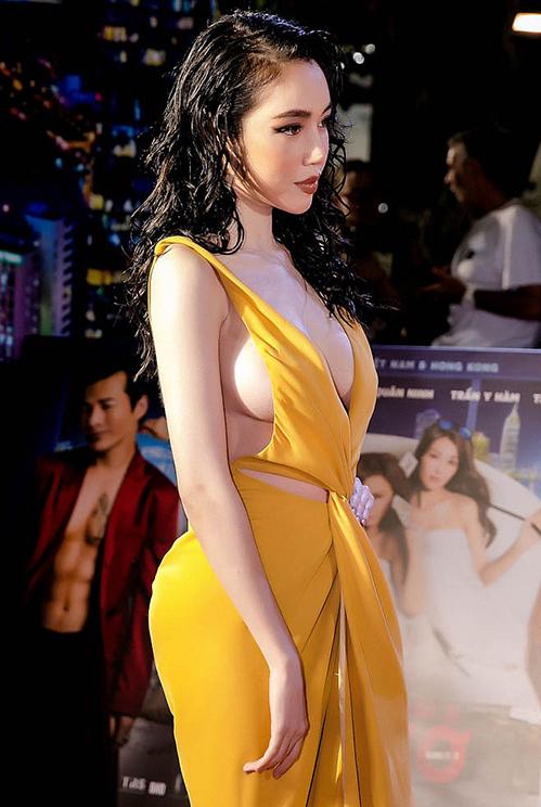 Đây là chiêu quen thuộc của các người đẹp để thoải mái mặc váy hở hết cỡ.