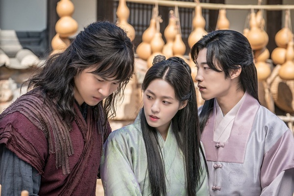 Seol Hyun có mối quan hệ tay ba với Yang Se Jong (trái) và Woo Do Hwan trong drama mới My Country.
