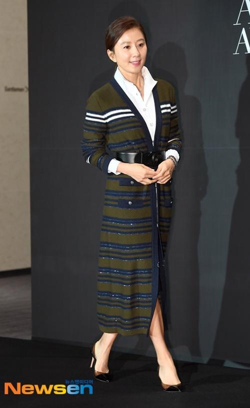 Nữ diễn viên Kim Hee Ae luôn khiến người hâm mộ ghen tỵ vì làn da căng, khỏe khoắn.