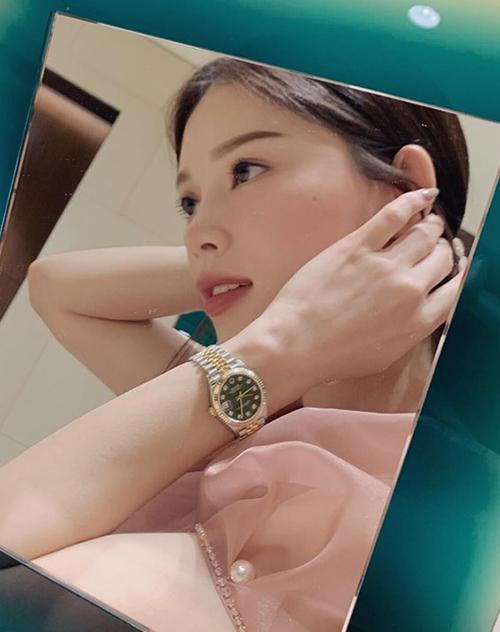 Linh Rin đeo chiếc đồng hồ được bạn trai tặng.