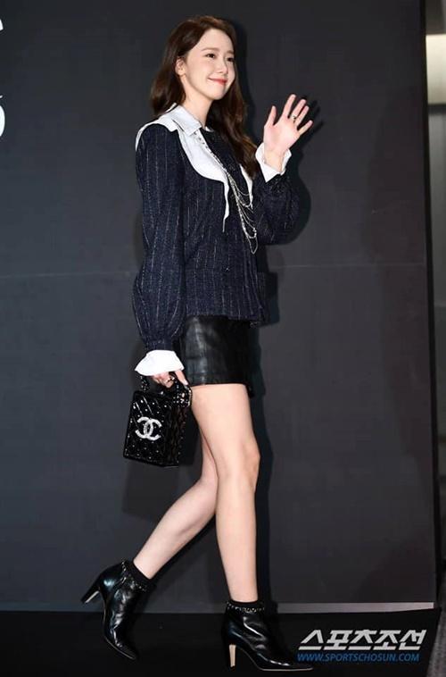 Yoona có môt ngày chạy show cực vất vả khi tham dự Liên hoan phim Busan và sự kiện Marie Claire Asian Star Awards 2019. Cô nàng xuất hiện với hình ảnh cực sang chảnh, xách túi Chanel đắt đỏ.