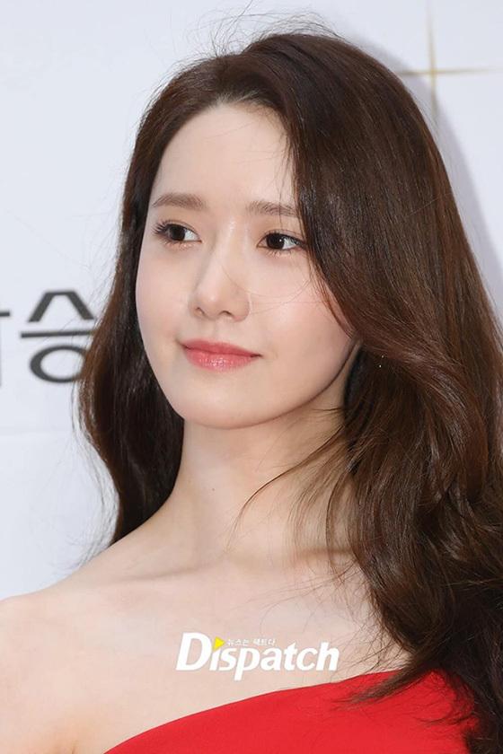 Làn da trắng, căng mịn của Yoona thách thức của những bức ảnh chụp cận mặt không qua chỉnh sửa. Thành viên SNSD vừa nhận giải Nữ diễn viên được yêu thích nhất ở Buil Film Award 2019.