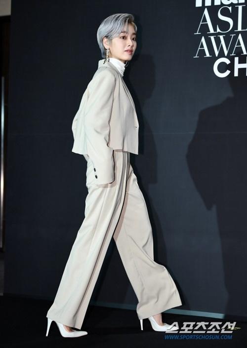 Lee Joo Young có mái tóc bạch kim và set đồ cực cá tính.