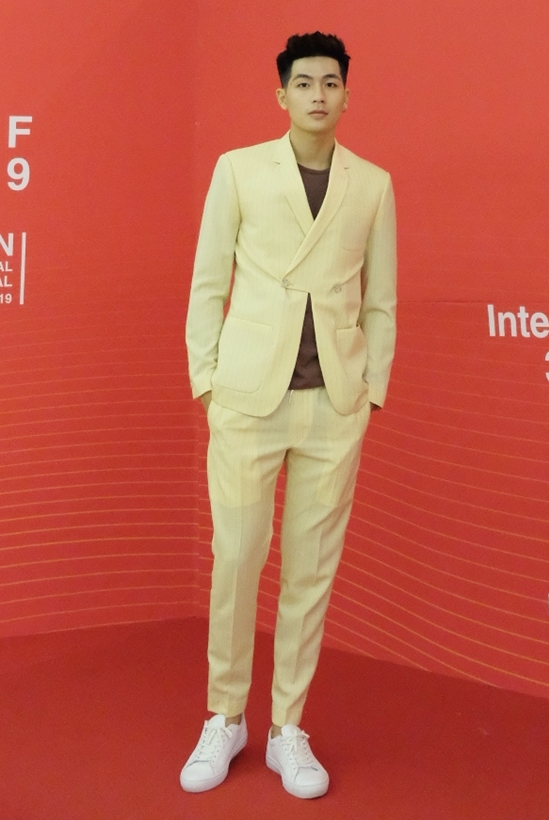 """<p> Quốc Anh cũng lịch lãm trên thảm đỏ. Bộ phim """"Bí mật của gió"""" do anh thủ vai chính được công chiếu tại hạng mục """"Cửa sổ Điện ảnh châu Á"""".</p>"""