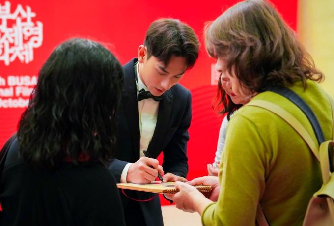 <p> Isaac được nhiều khán giả nhận ra, xin chụp hình và ký tặng. Nam diễn viên tiết lộ, trong một tuần tham dự LHP sẽ có hai buổi giao lưu với khán giả.</p>