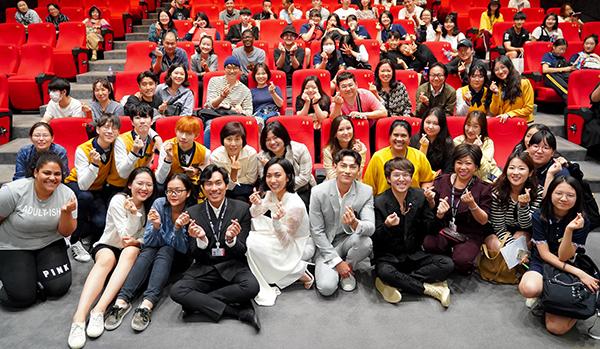 Sau khi kết thúc buổi giao lưu, nhiều khán giả đã ở lại chụp hình cùng ekip.
