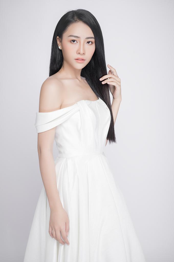 <p> Ánh Ngọc là con gái người chị cả của cựu người mẫu Trang Nhung. Sinh năm 2001, cô bạn đang là một thiếu nữ, có ngoại hình ưa nhìn.</p>