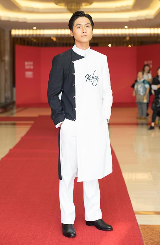 <p> Võ Điền Gia Huy chọn áo dài cách tân tham dự sự kiện.</p>