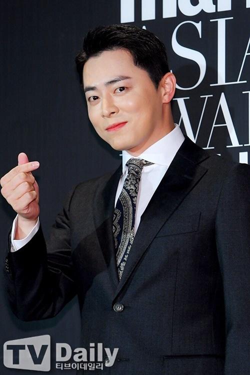 Jo Jung Suk make up khá đậm, lộ son màu hồng nữ tính.