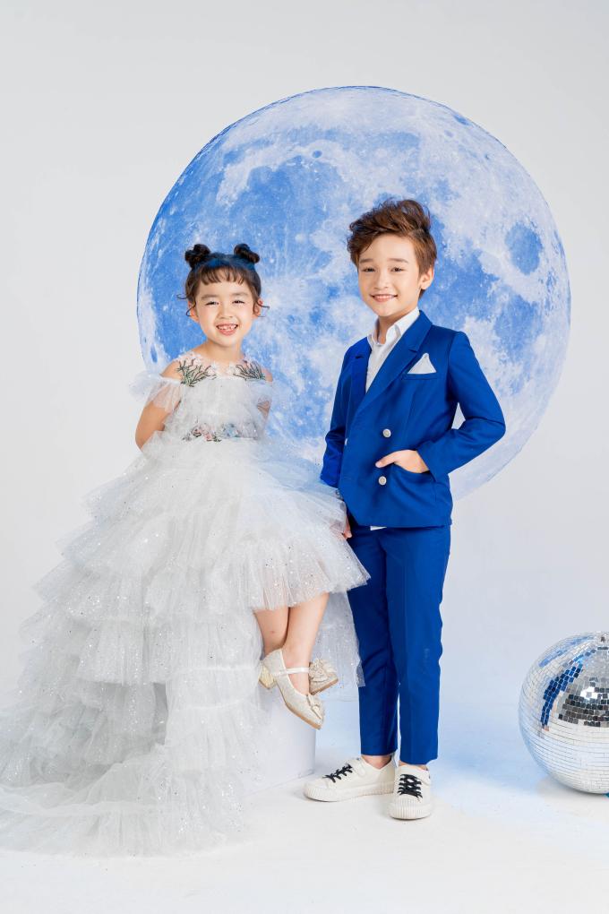 """<p> Dàn mẫu nhí gồm Hà Thiên Trang, Cao Hữu Nhật, Tuệ Lâm và Nhã Uyên thực hiện bộ ảnh cho BST """"Colour of life - Blue &White"""". Những thiết kế này từng được NTK Thảo Nguyễn trình diễn tại London tháng 9 vừa qua.</p>"""