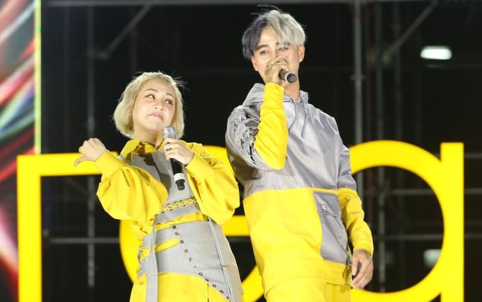 """<p> Đạt G - Du Uyên trong trang phục đôi hát tặng khán giả ca khúc """"Khó vẽ nụ cười"""" đầy da diết. Sau đó, họ chuyển sang âm nhạc cá tính với ca khúc """"Về"""".</p>"""