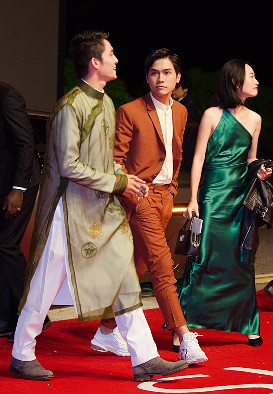 """<p> Bộ đôi """"trai đẹp"""" của """"Thưa mẹ con đi"""" diện đồ đối lập xuất hiện trên thảm đỏ. Trong khi Lãnh Thanh chọn áo dài thì Võ Điền Gia Huy diện suit cam cùng giày thể thao năng động.</p>"""