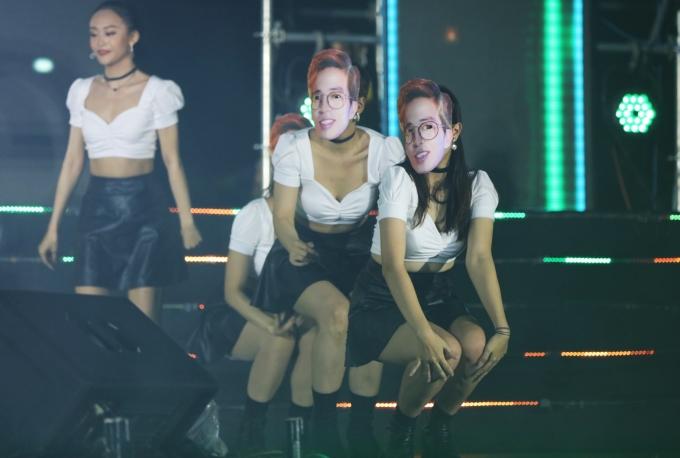 """<p> Amee gây bất ngờ khi cho dàn vũ công mang mặt nạ của nam nhạc sĩ ViruSs để trình diễn. Nữ ca sĩ cho biết lý do của màn """"thả thính"""" này sẽ sớm được hé lộ trong sản phẩm âm nhạc sắp tới.</p>"""