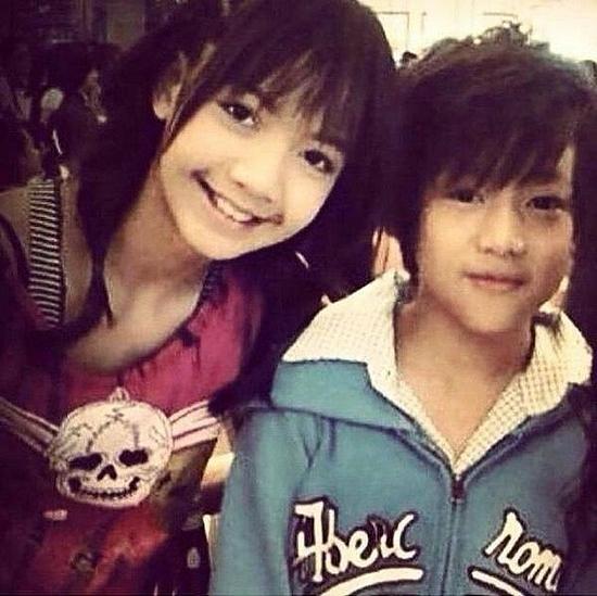 Lisa và BamBam quen biết nhau từ nhỏ, được gọi là đôi bạn thanh mai trúc mã của Kpop.