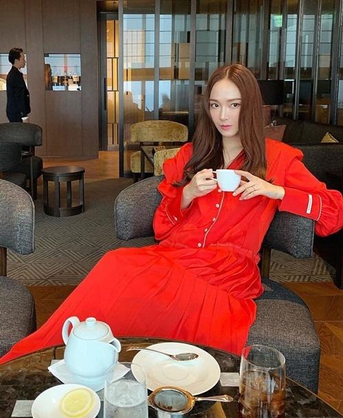 Jessica pose hình với thần thái sang chảnh, lạnh lùng.