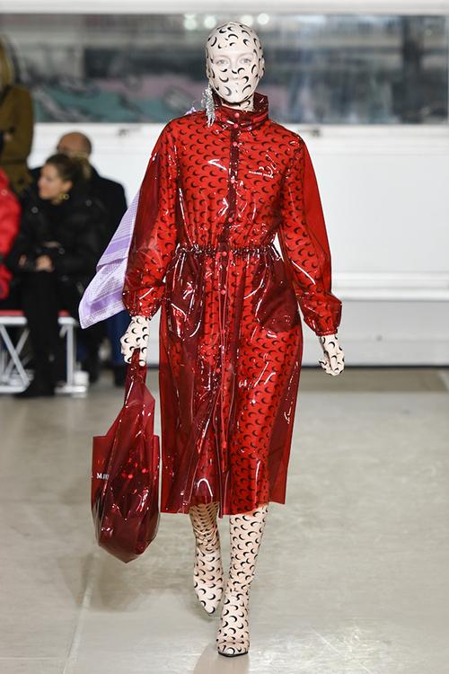 Nhà mốt Marine Serre cũng giới thiệu những bộ bodysuit cho các cô gái muốn ngụy trang một cách đầy sành điệu.