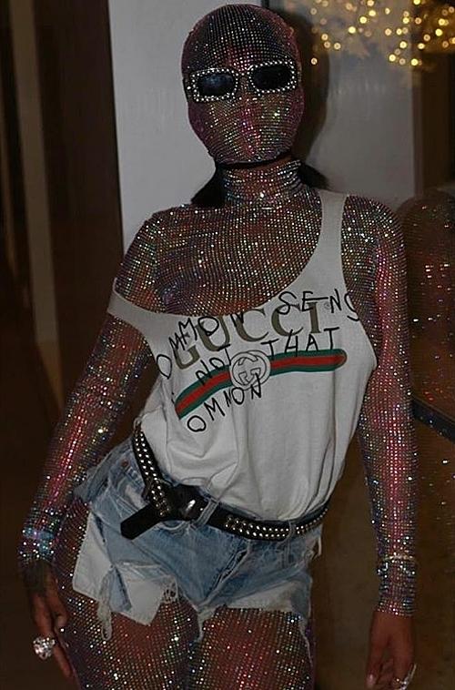 Xu hướng bodysuit trùm kín như Ninja thực tế không phải là trào lưu quá mới. Rihanna cũng từng gây choáng khi mặc bộ đồ che kín cơ thể, phía ngoài là trang phục hầm hố của Gucci.