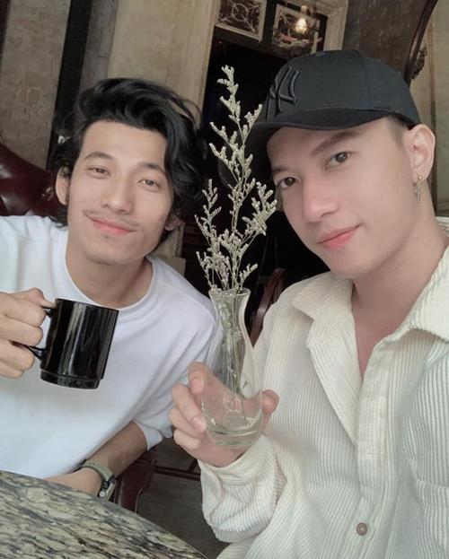 Liên Bỉnh Phát và S.T rủ nhau đi uống cà phê ở Hà Nội.