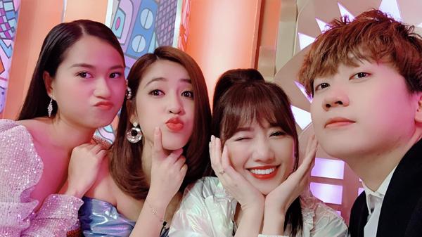 Lâm Vỹ Dạ, Puka, Hari Won và Phát La selfie nhí nhố.