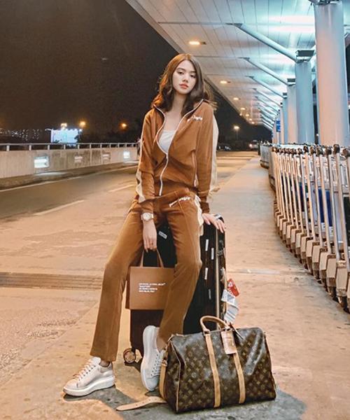 Jolie Nguyễn diện cả cây nâu khỏe khoắn ra sân bay. Hoa hậu xách túi Louis Vuitton tông xuyệt tông.
