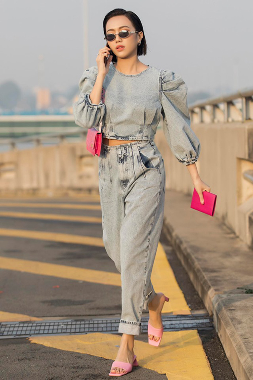 Diệu Nhi nhận được nhiều lời khen khi thăng hạng phong cách. Cây đồ denim kết hợp phụ kiện hồng rực giúp cô trông cá tính mà vẫn ngọt ngào.