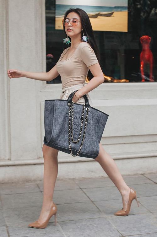 Chiếc túi oversized của Chanel tăng thêm vẻ đẳng cấp cho Hoàng Thùy Linh.