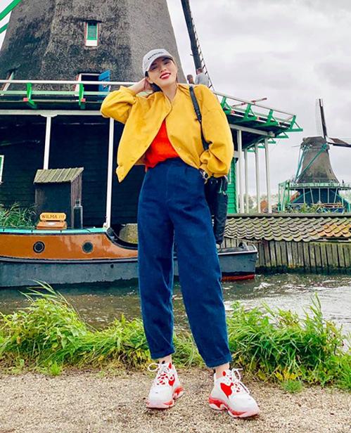 Kỳ Duyên diện cây đồ màu sắc, kết hợp cùng đôi sneakers Balenciaga mới toanh.