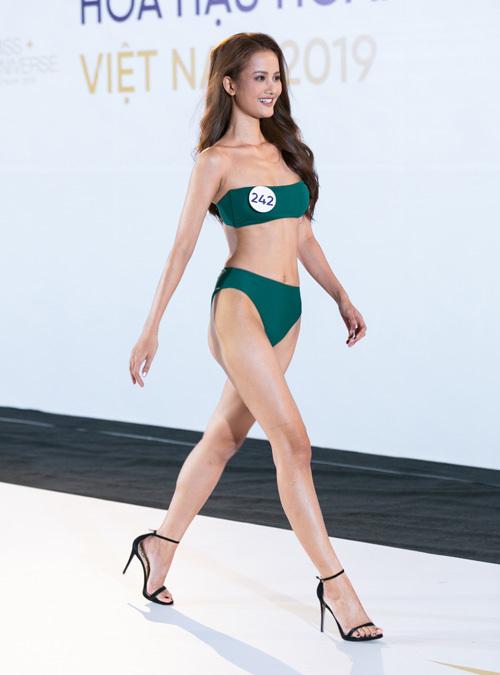 Hương Ly trong phần thi bikini.