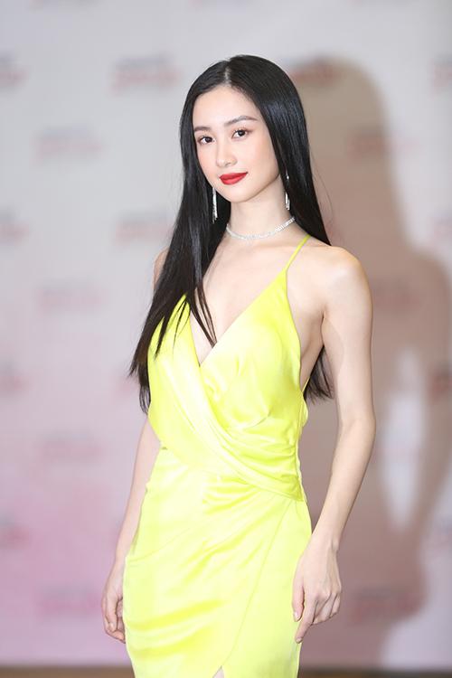 Jun Vũ diện váy hai dây khoét ngực sâu khoe vòng một dao kéo. Nữ diễn viênđể tóc suôn dài và trang điểm đậm.