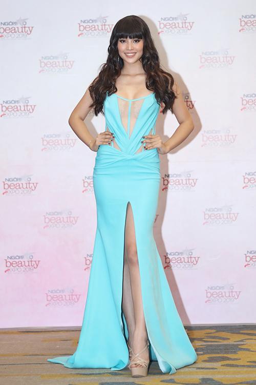 Hoa hậu Tiểu Vy có mặt từ khá sớm tại địa điểm diễn ra sự kiện. Cô mặc chiếc đầm xanh khoe ngực đầy, xẻ đùi khoe chân thon dài. Kiểu tóc mái bằng và trang điểm nâu trầm khiến cô trở nên khác lạ.