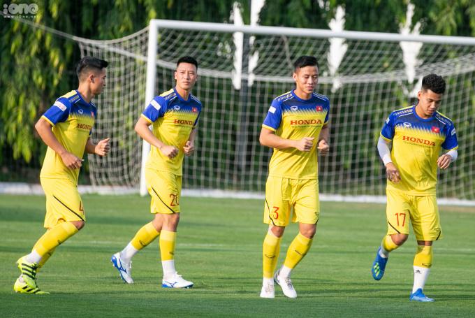 """<p> Chiều 5/10, đội tuyển Việt Nam bước vào buổi tập đầu tiên sau khi chốt <a href=""""https://ione.vnexpress.net/tin-tuc/nhip-song/hong/yen-xuan-bi-chi-trich-khong-nghe-ngong-an-bam-van-lam-3992396.html"""" rel=""""nofollow"""">danh sách25 tuyển thủ</a> tham dự trận đấu với Malaysia và Indonesia tại vòng loại thứ hai World Cup 2022 khu vực châu Á.</p>"""